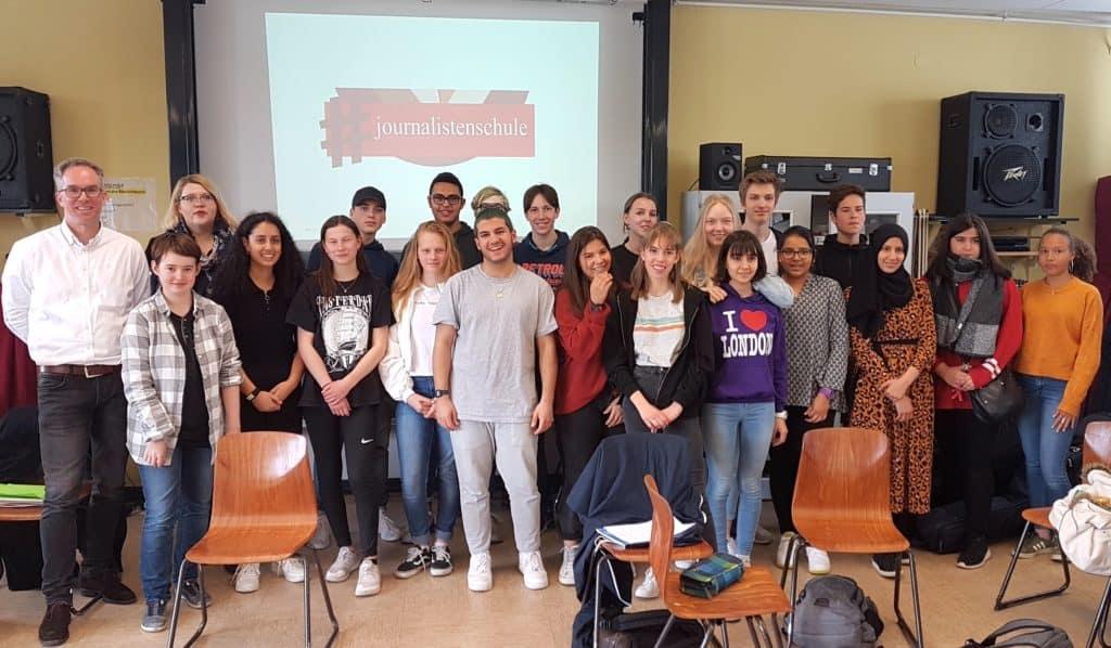Carsten Hauptmeier mit Schüler*innen der Bettinaschule Frankfurt am Main